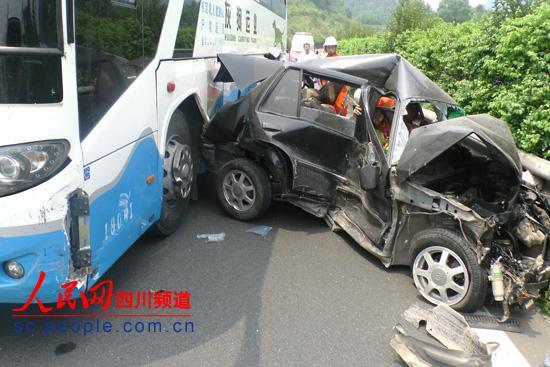 成南高速惨烈车祸 8岁儿童当场死亡 3人危重 高清图片
