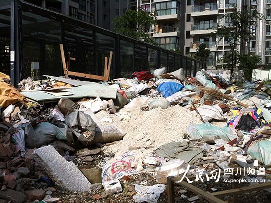成都一居民小区有座大垃圾堆