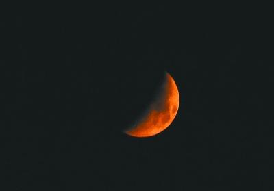 就好比刚升起和快落山的太阳也是红色
