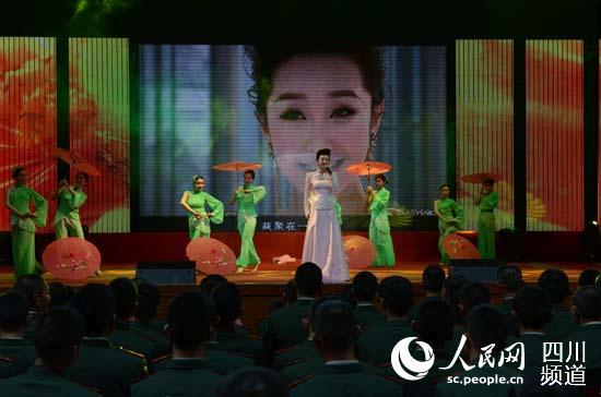 红歌天使 王芳正在演唱优美的歌曲 王凤运 摄