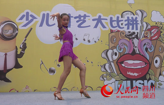 小选手拉丁舞表演(陈莞-摄)