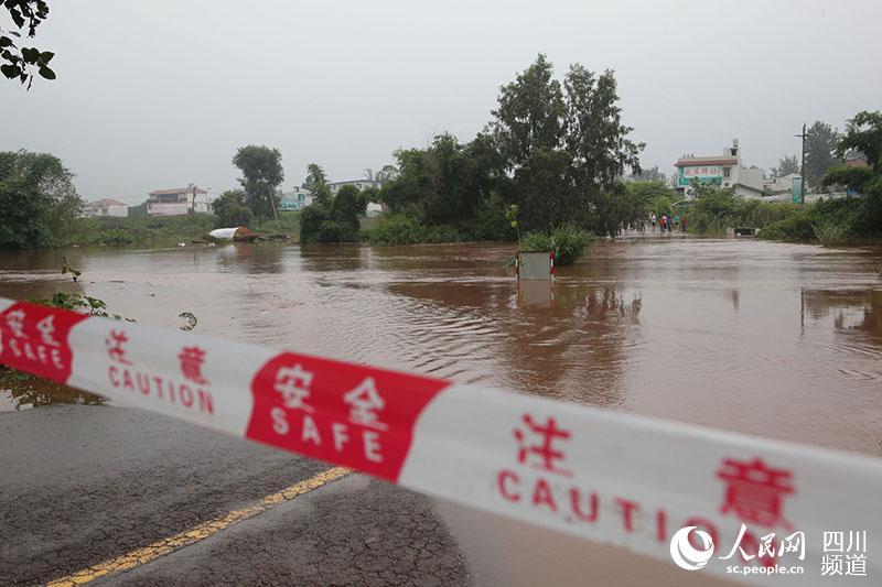 7月7日,省道214线内江市东兴区田家段被洪水阻断.(兰自涛 摄)