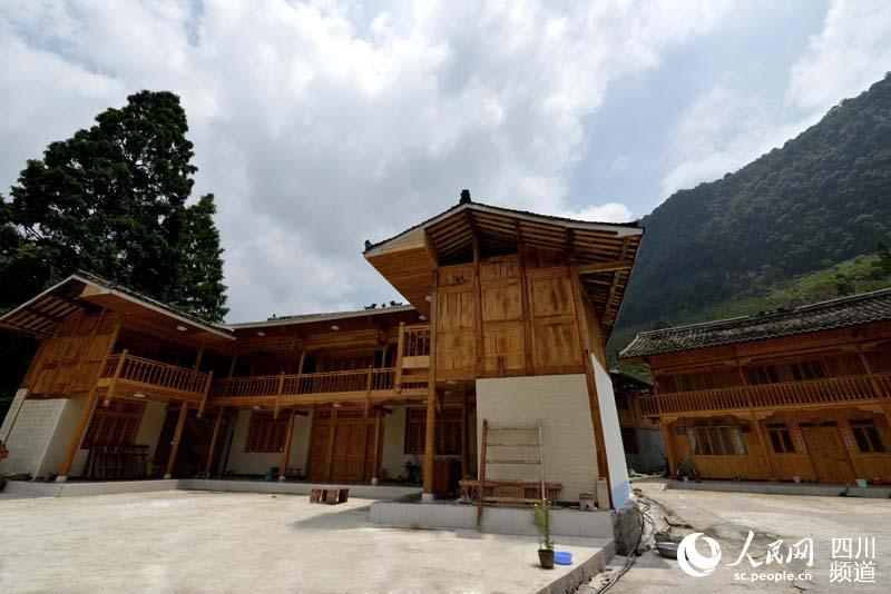 宝兴县大溪乡曹家村建设完工的木结构房屋