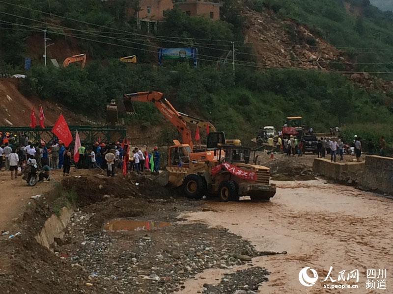 桥公司正在紧急架设一座钢铁桥,预计5日晚7时左右架设完毕.高清图片