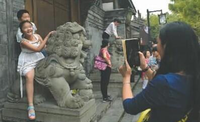 人民网四川频道 新闻中心 市州新闻       a      景点随意攀爬
