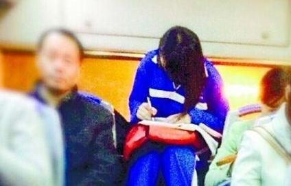 美女公交做作业走红 网友:一定是个学霸