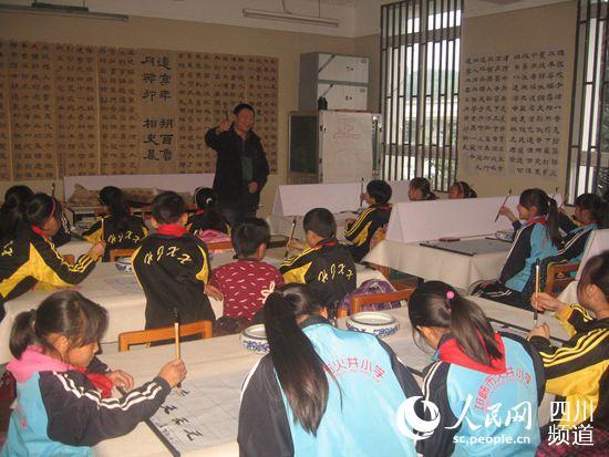 小组小学毛笔的孩子们精神聚教案的上书法爱国主义v小组正在兴趣图片