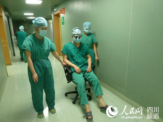 手术室同事推着罗勇去洗手间洗手