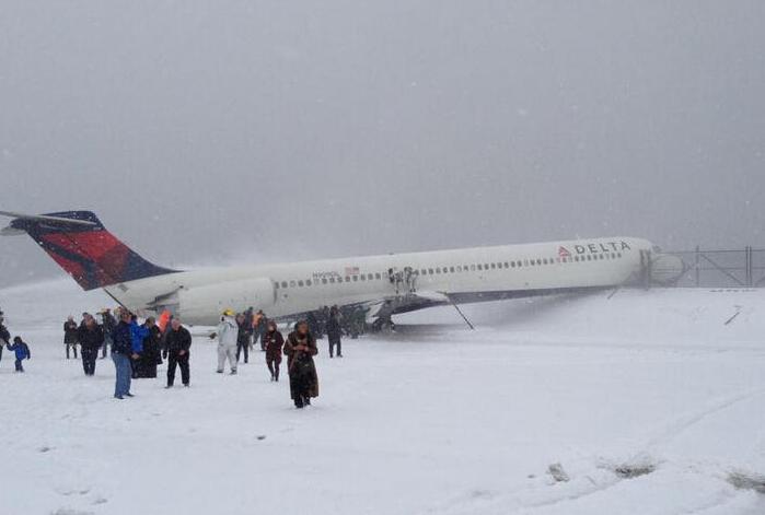 客机雪中迫降冲出跑道
