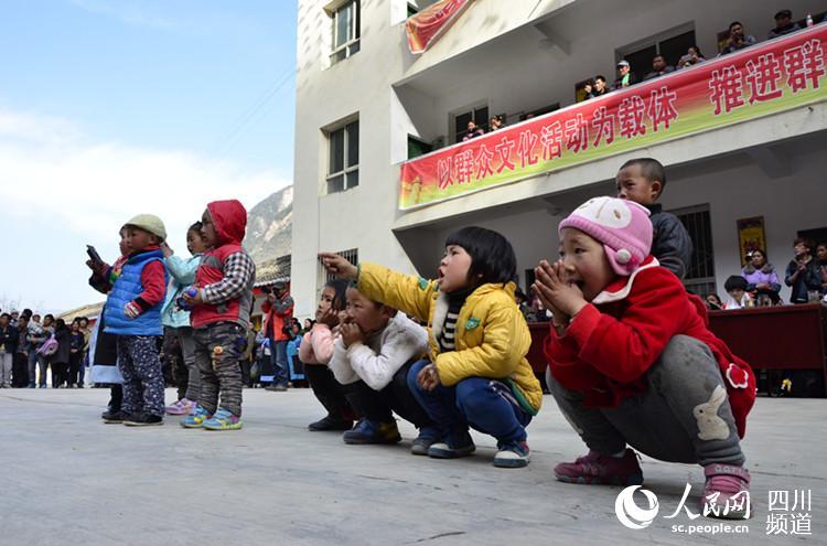 草地乡把群众自编自演的舞蹈搬进文化大院,当地的小朋友和