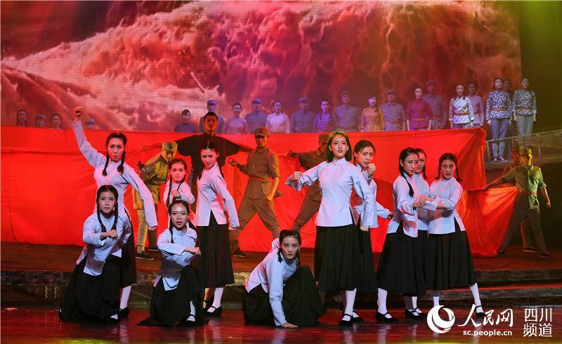 音乐舞蹈诗《天空作碑》第二幕《大火:起来》剧照(战旗文工团供图)