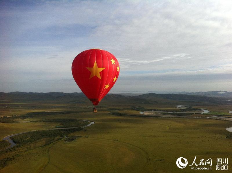 人民网成都9月7日电 请求起飞!起飞!在铿锵有力的口令声中,达瓦则让娴熟地点火,巨大的热气球冉冉升上天空。   他已记不清这是第几次驾驶热气球升上天空,但这一次看着一望无垠的草地,他却分外激动。因为,这一次他驾驶得是世界最大中国国旗形象热气球,从红军走过的草地红原县瓦切乡起飞。   我想像雄鹰一样飞翔   出生在阿坝州小金县的达瓦则让是个80后帅小伙儿,中等身材,皮肤黝黑,由于长期的户外训练,达瓦拥有了结实的身板。血液里藏族人热情豪迈的基因,让达瓦从小练就了一身的才艺,他热爱体育、热爱音乐,