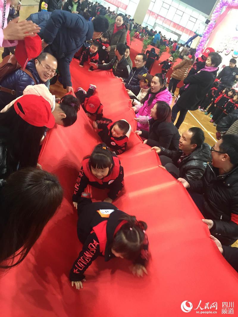 趣味接力,跳高 温江一幼儿园上演亲子运动会
