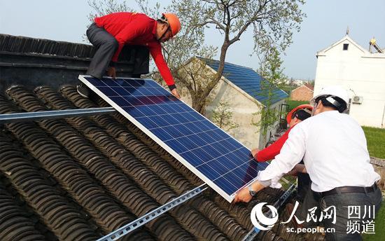 农村家庭可以将光伏发电系统安装在屋顶或空地