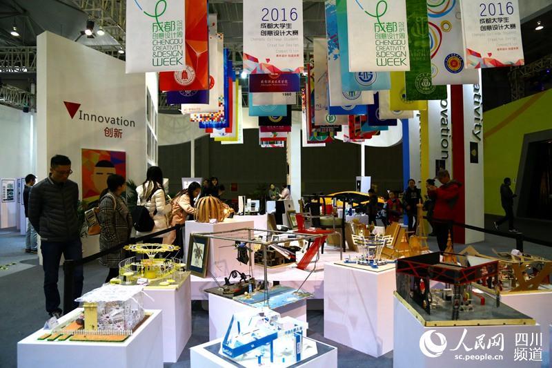 在成都创意设计产业展览会上,成都大学生创意大赛作品展区.(朱虹 摄)