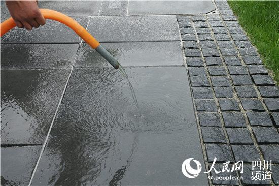 张雪立将一桶水快速倾倒在地面上