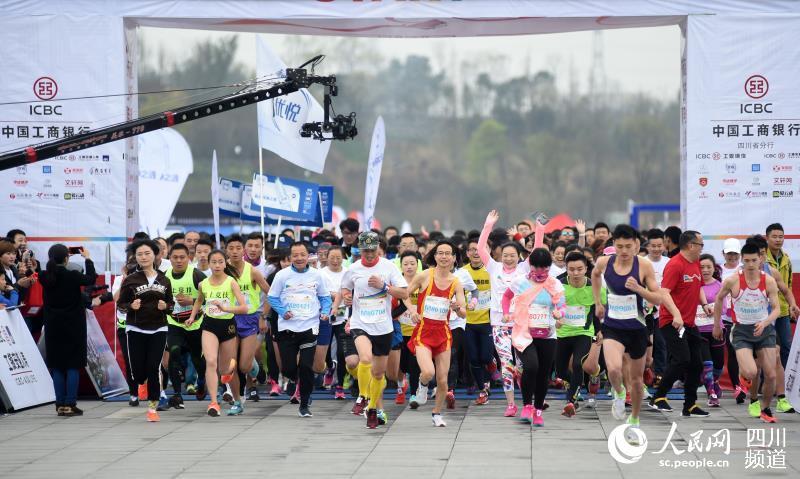"""菁英半程马拉松""""在成都科学城兴隆湖畔举行.比赛吸引了1500多"""