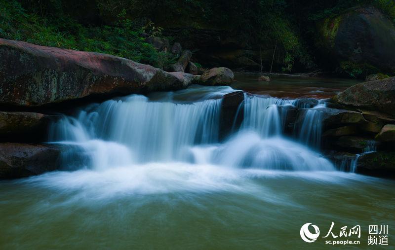5月9日,在四川省泸州市叙永县画稿溪景区,峡谷中的溪流瀑布如白练垂空
