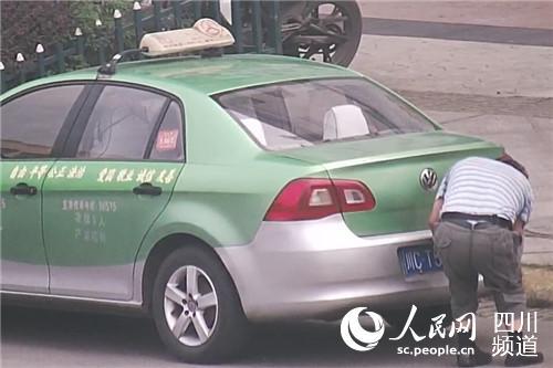 四川富顺一出租车司机遮挡号牌全过程被警方监