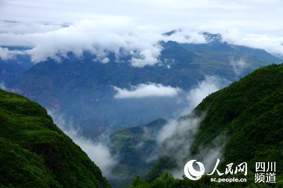 """人民网:四川凉山""""悬崖村"""" 钢梯架起幸福路"""