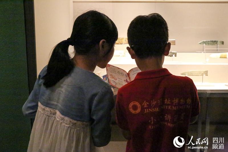 《玉汇金沙——夏商时期玉文化特展》现场的小解说员们。(朱虹 摄)