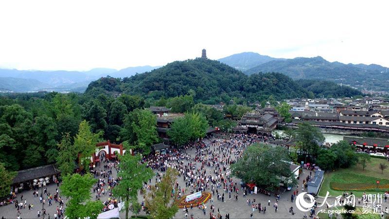 国庆期间的都江堰景区备受游客青睐。