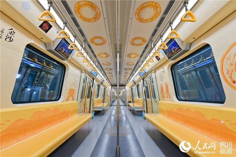 """成都地铁7号线金沙专列以""""多彩的金沙王国""""为主题,整个车体和车厢内部主色调为金色,呈现出令人震撼的视觉效果。(成都轨道交通集团供图)"""