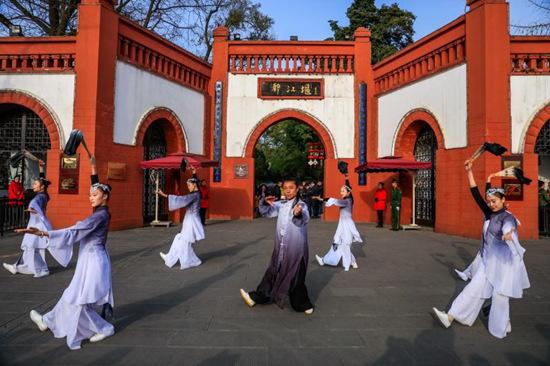 """首先迎接游客的是100只活泼可爱的""""熊猫人"""",妙趣横生的""""熊猫快闪""""表演"""
