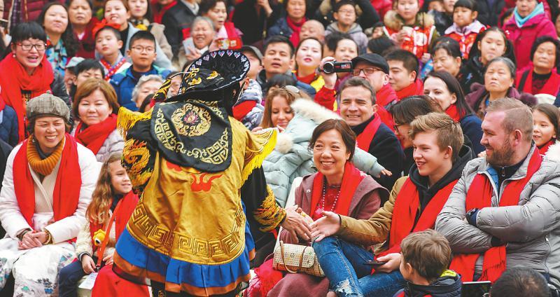 """来自""""一带一路""""沿线国家的10个家庭欢聚在成都 共度中国年"""