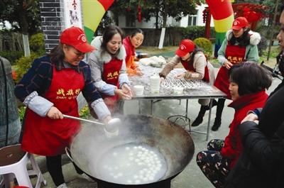 """战旗村的狗年春节 迎来十万游客 送出万张""""福""""字"""