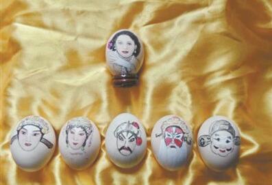 七旬阿婆迷恋粤剧 蛋壳绘名伶