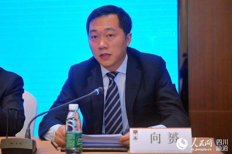 盐亭县长向赟介绍嫘祖文化的相关情况。(刘浏 摄)