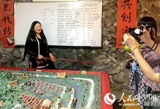 沈艳燕(左)向记者介绍产业园区情况。何孟书摄