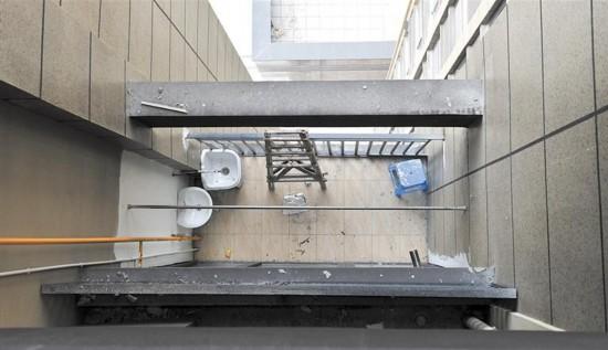 一小区22户违法搭建户外平台 多部门共同拆除