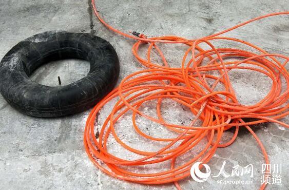 周锡华和肖华两人救小孩时所使用的塑料软管和充气轮胎