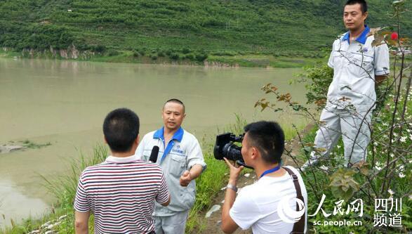 施救者周锡华和肖华接受当地电视台采访