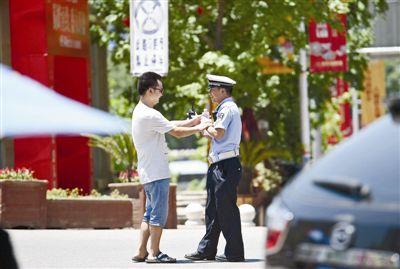 泸州叙永冲上41℃ 交警烈日执勤行人送水