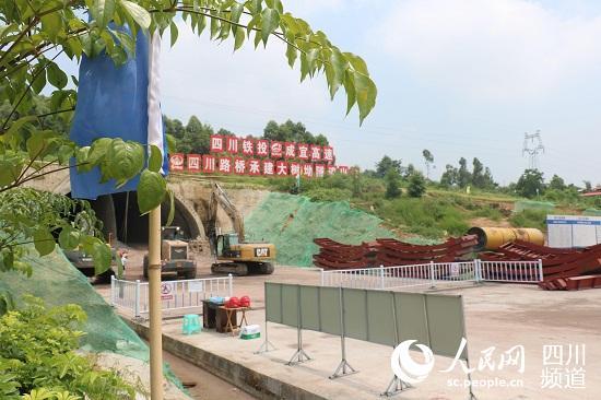 大树坳隧道施工现场。