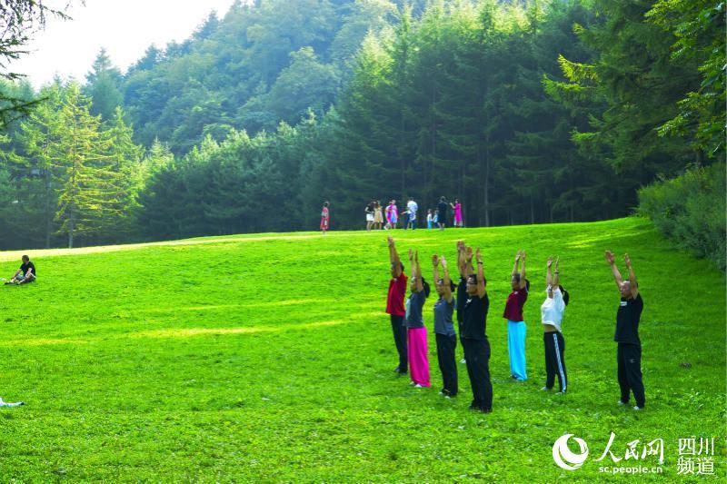 游客在曾家山鸳鸯池省级森林公园晨练.(钟卫东 摄)