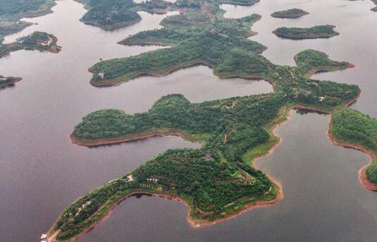 一湖碧水盛青山