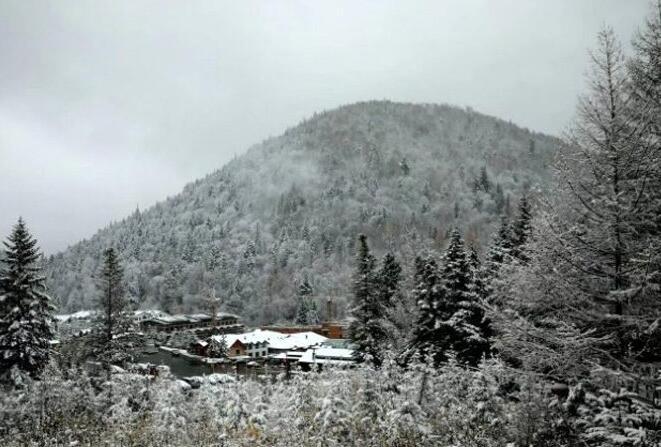 中国雪乡迎来今秋首场降雪
