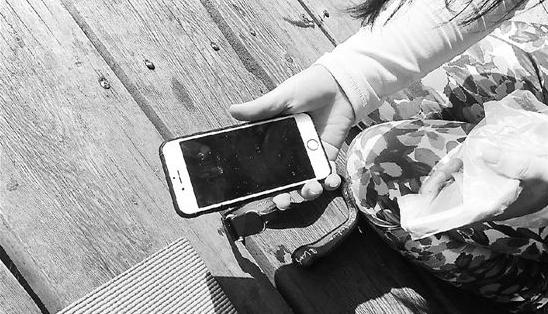 """女子练瑜伽手机掉进西湖 十几人变""""捞哥"""""""