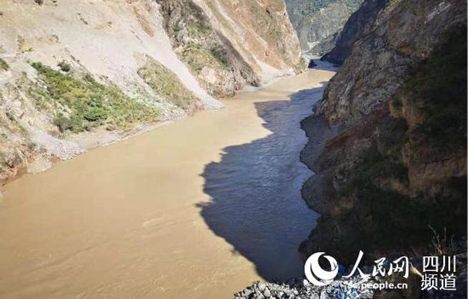 金沙江白格堰塞湖自然泄流洪峰过境四川甘孜州