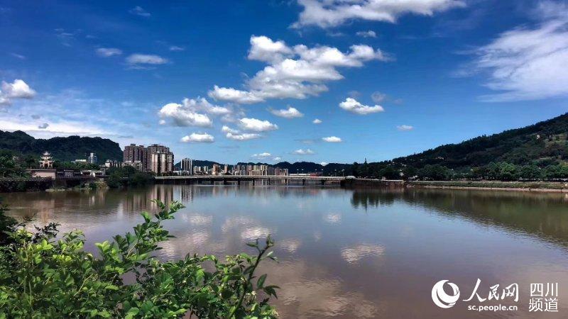蓝天白云下的雅安市区
