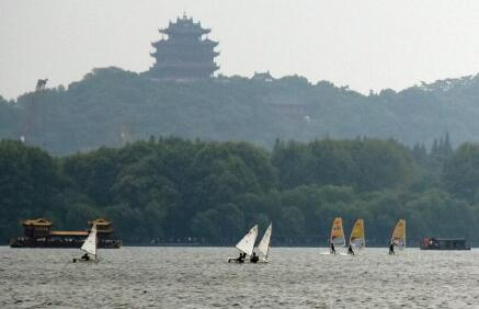 西湖刮大风 帆板迎风航