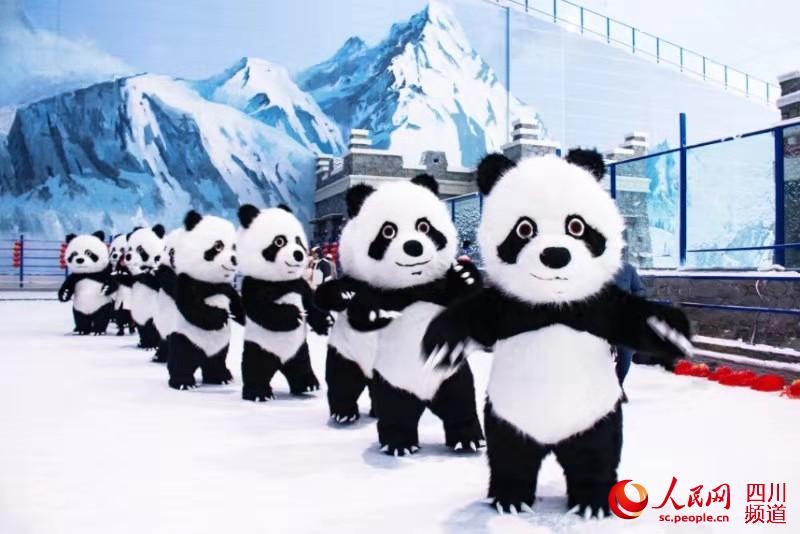 大熊貓在臨近春節之際為大家送上別樣的新年祝福