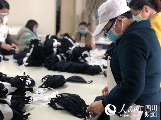 """都和创服饰有限公司复工后""""跨界""""生产。成都市锦江区委宣传部供图"""