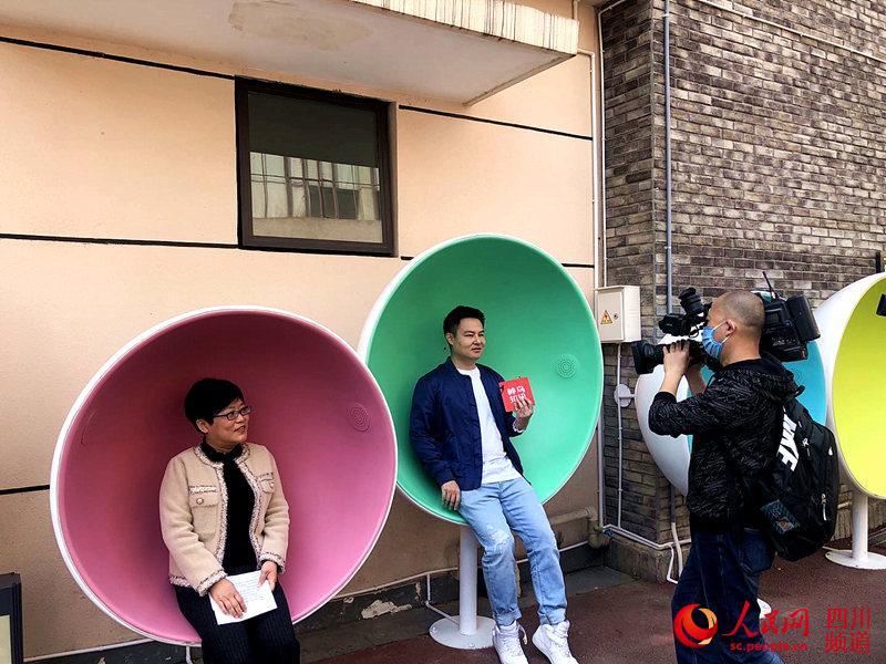 谭科(左一)在漫威墙推介环绕式的音乐体验。刘浏 摄