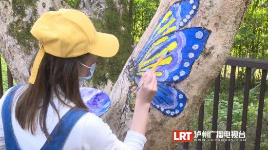 """泸州:树上作画一群动物""""安家""""张坝桂圆林"""