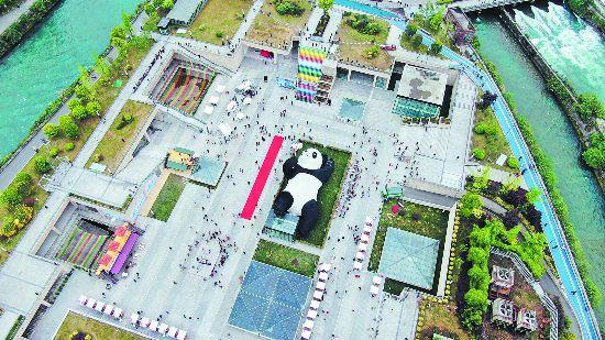 """快来和""""自拍熊猫""""自拍 都江堰仰天窝广场正式对外开放"""